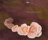 Колье с кремовыми розами