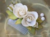 Гребень с белыми розами