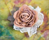 Зажим с кофейной розой и кружевом