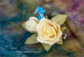 Зажим с желтыми розами и незабудками