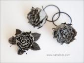Заколки с серыми розами