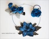 Колье с синим анемоном и заколки с синими розами